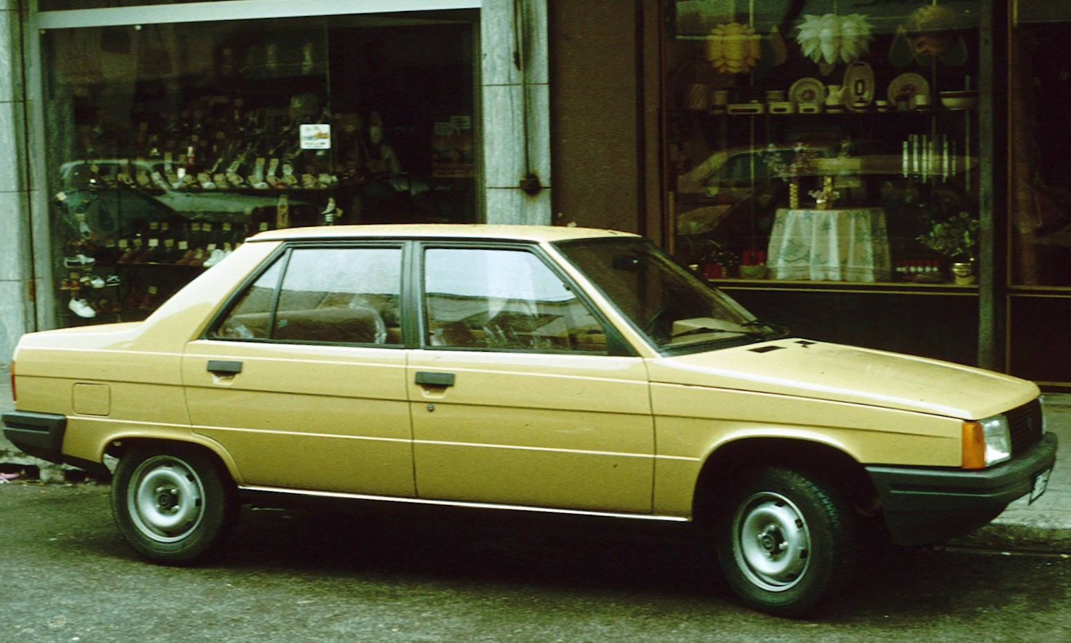 creme Renault 9 early one with shop windows