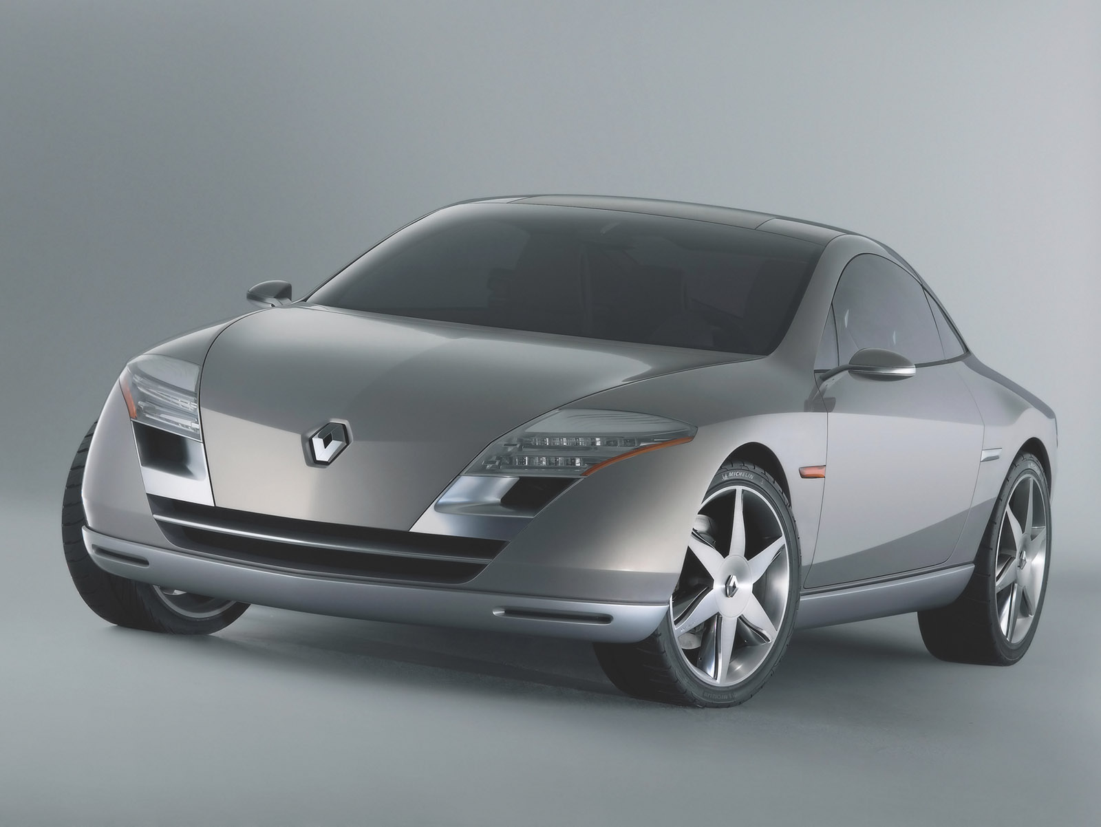 2004-Renault-Fluence-Concept-FA-Wheels-Turned-1600x1200